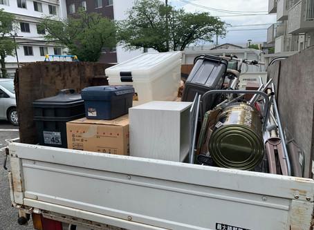 2トントラック積み放題の不用品回収作業