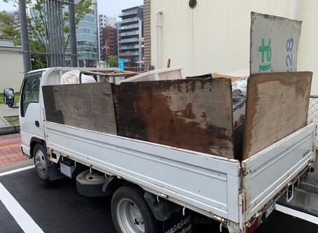 2トントラックの不用品回収作業