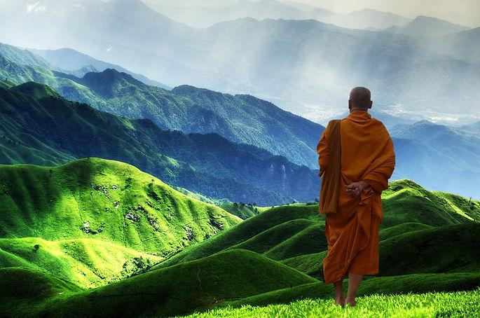 moine bouddhiste et paysage.jpg