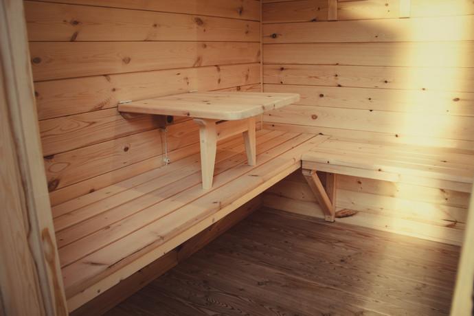 Откидной столик и лавочки в комнате отдыха