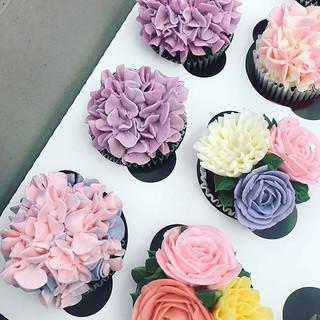 Buttercream flowers for wedding ._.jpg