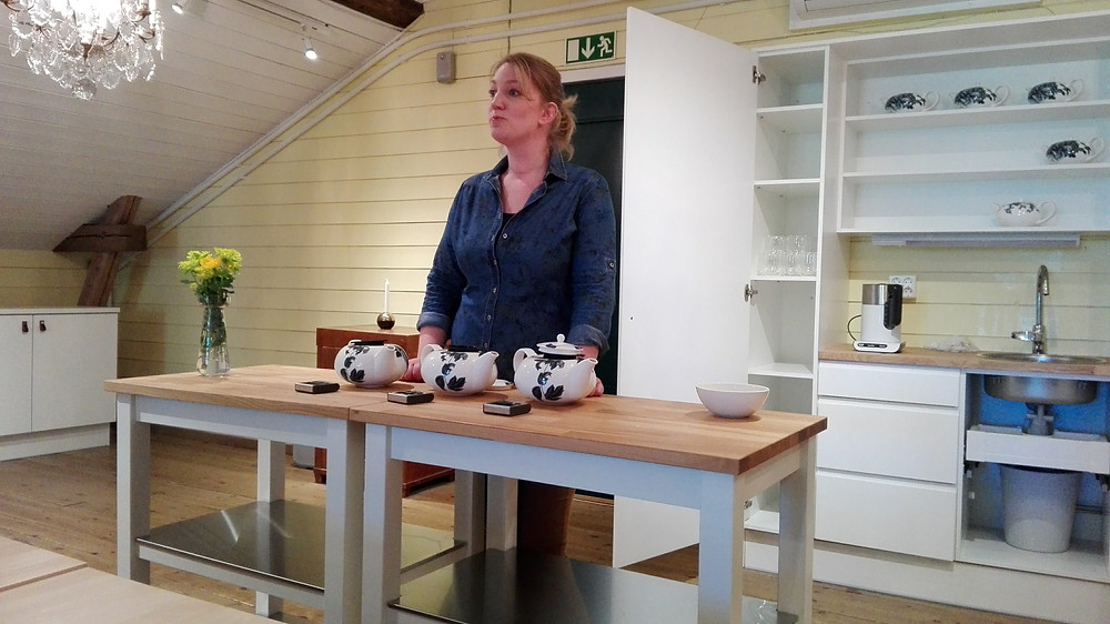 Yrittäjä Anna Grotenfelt-Paunonen aloittamassa teetastingia. On muuten tarkkaa hommaa tuo teenhauduttaminen, oikeat lämpötilat ja haudutusajat ovat kaiken a ja o!