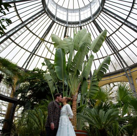 Vintage geïnspireerde trouwjurk. Jaren 50 silhouet, kant met 3D bloemen en een mintgroene onderlaag.  Op maat en handgemaakt door Lilli Turner Couture