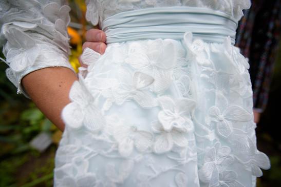 Vintage geïnspireerde trouwjurk. Jaren 50 silhouet, kant met 3D bloemen en een mintgroene onderlaag.  Op maat en handgemaakt door Lilli Turner Couture  Trouwfotografie van Mirjam van Klaarbergen Photography