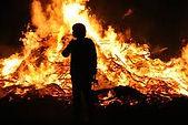 mujer frente a un fuego