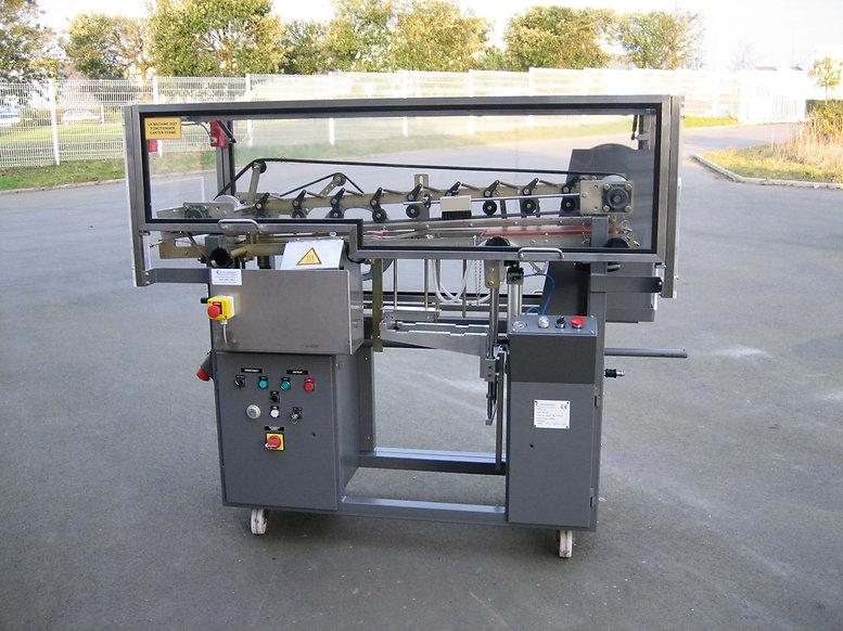Etiqueteuse industrielle pour la pose des étiquettes horizontales.