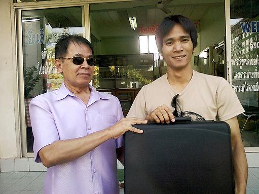Prayat handing a luggage to Songpakorn