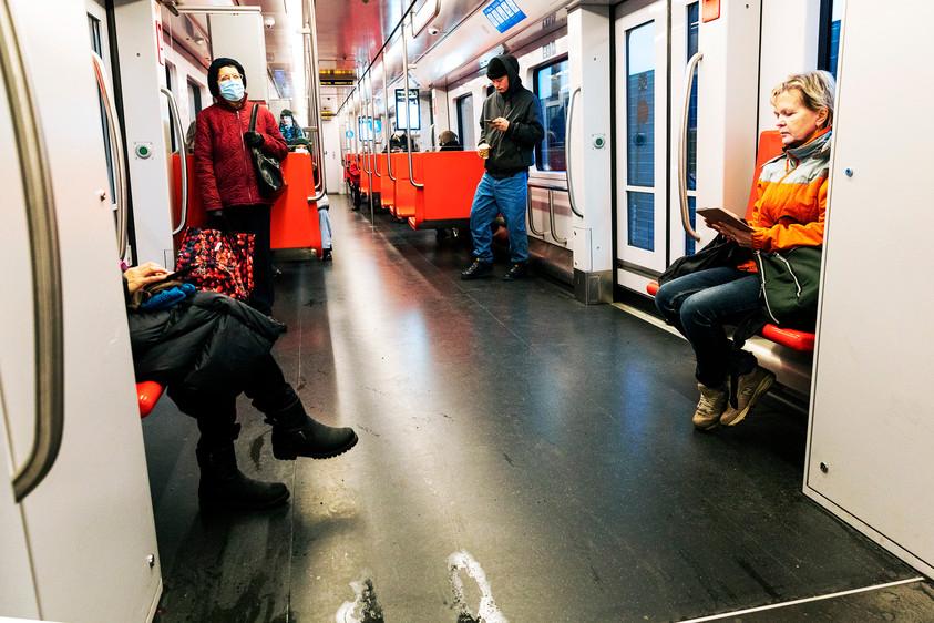 Osalla matkustajista on maski mutta kaikki eivät sitä käytä.