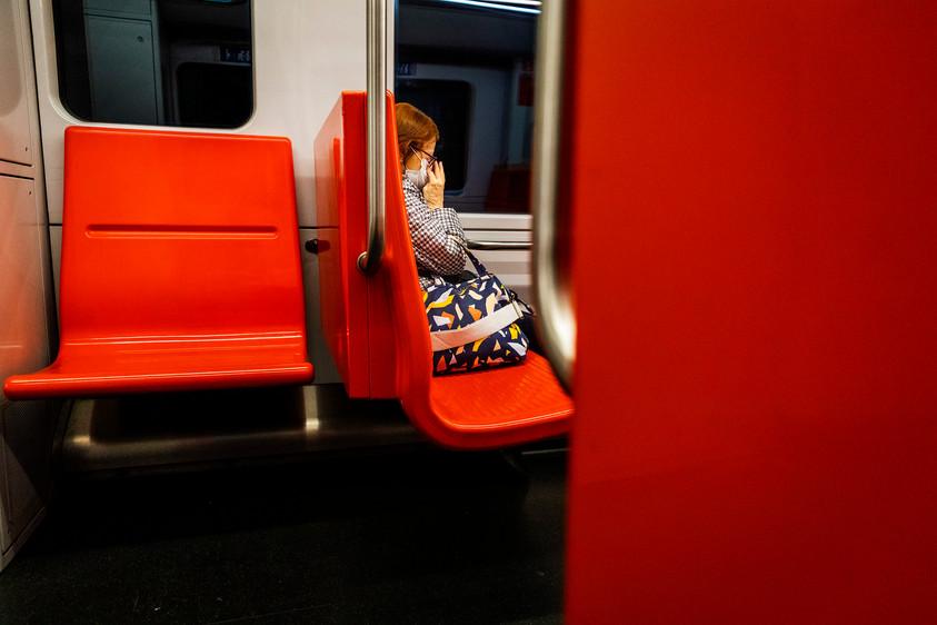 Aila Osala on matkalla Kamppiin tapamaan tytärtään. Tytär unohti sukkansa jouluna Ailalle, jotka hän nyt palauttaa.