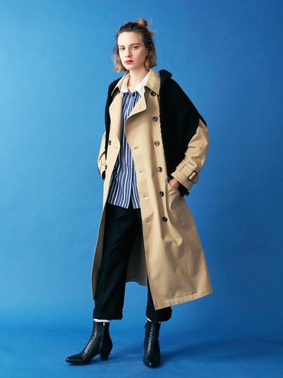 Trench Coat ¥48,000+tax. White collared Shirt ¥13,000+tax. Wool Flare Pants ¥18,000+tax. Aran Knit Pullover¥28,000+tax.