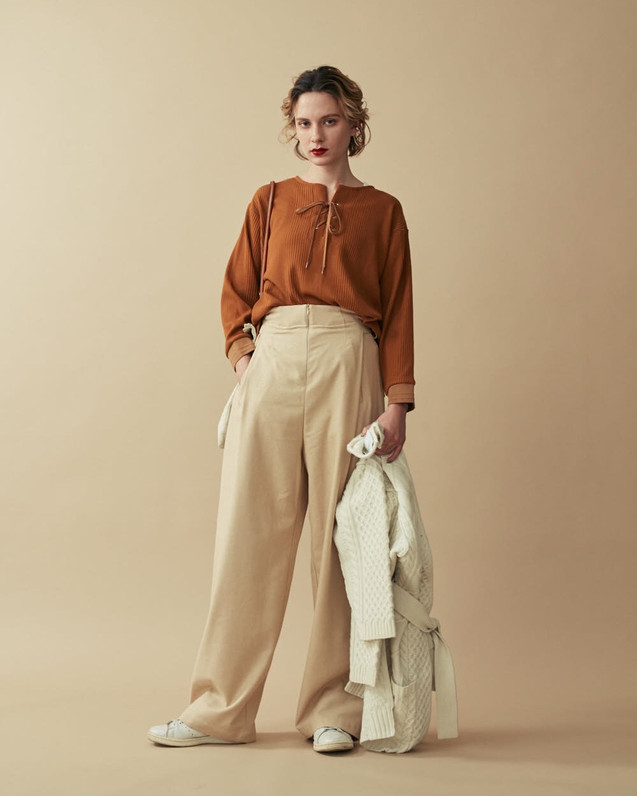 Random waffle Lace-up Tops¥12,000+tax. Silk mix Cinch-belt Wide Pants¥20,000+tax. Aran Knit Cardigan¥35,000+tax.