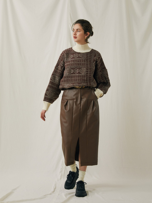 Geometric pattern knitting Pullover ¥17,000+tax. PU Leather Skirt ¥23,000+tax.