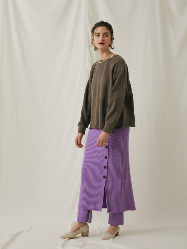 Pigment dye Sweat ¥13,000+tax. Racoon Rib knitting Long Skirt ¥18,000+tax. Racoon plating knitting Pants ¥18,000+tax.