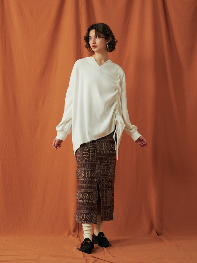 Waffle Gather Tops ¥13,000+tax. Geometric pattern knitting Long Skirt ¥16,000+tax.