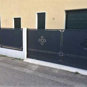 Cancello con disegni Nero- Fiori.JPG