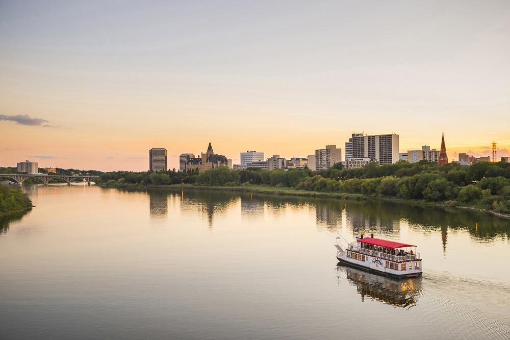 Saskatoon Prairie Lily South Saskatchewan River Paris der Prärie Stadt der Brücken