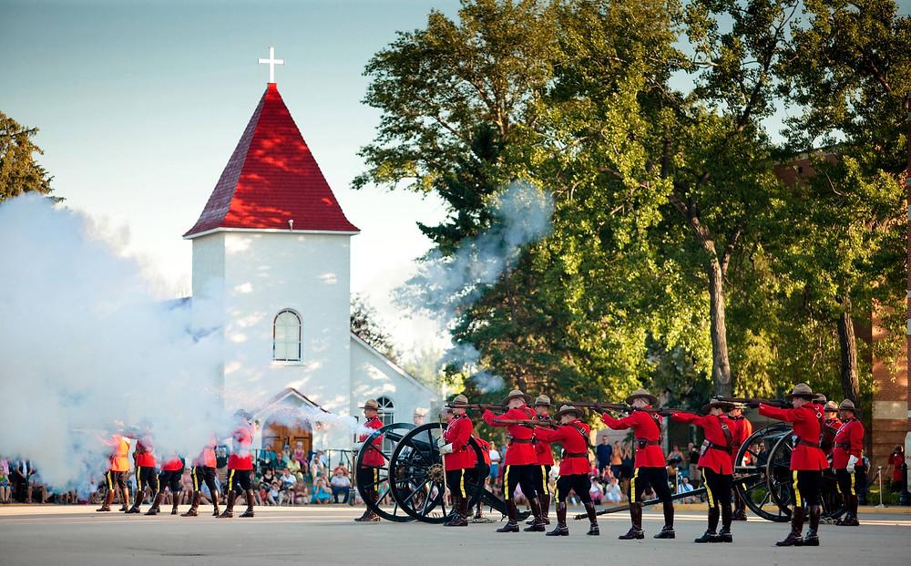 Regina RCMP Hertiage Centre Sunset Retreat Ceremony Mounties traditional traditionell Paradeuniform Parade Kanone