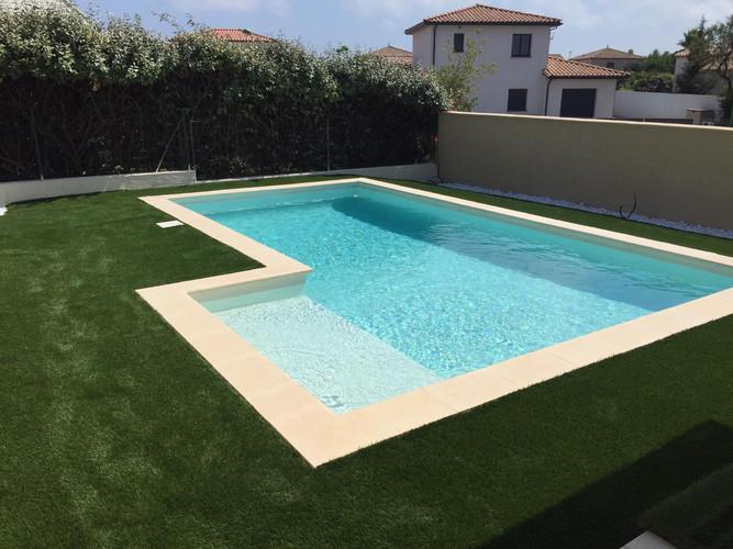 Gazon synthétique 42 mm, idéal autour d'une piscine