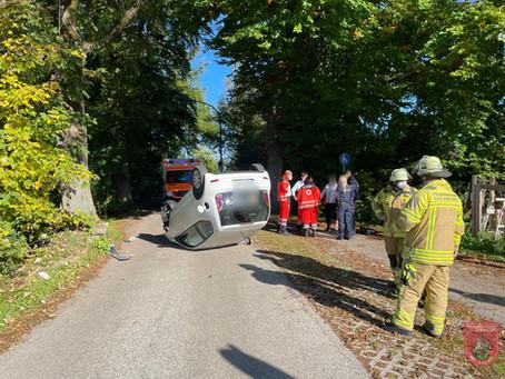 Verkehrsunfall PKW gegen Baum