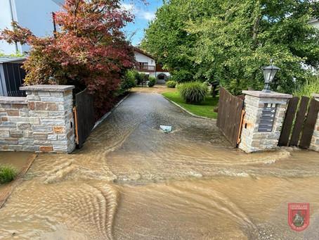 Geplatzte Hauptwasserleitung sorgt für überflutete Keller