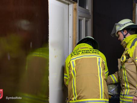 Häuslicher Rauchmelder und eine Wohnungsöffnung am Samstag