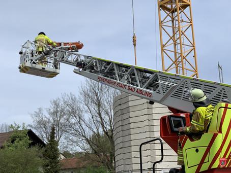 Drehleiterrettung auf Baustelle