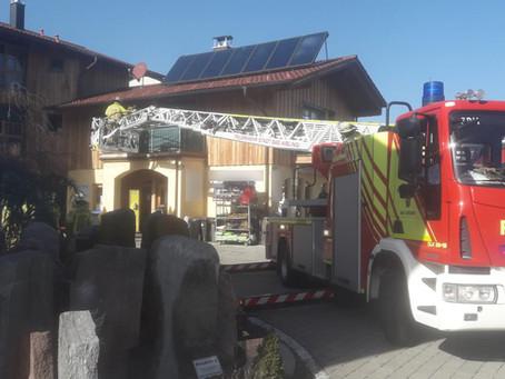 Rettungsdienst fordert Drehleiter an