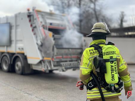 Flammen aus Müllwagen