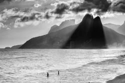 entardecer na praia de ipanema e leblon com dois irmaos e pedra da gavea ao fundo, rio de janeiro_27