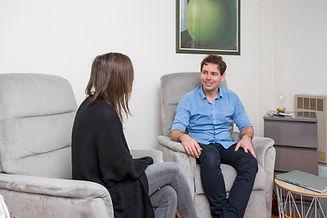 consultation d'hypnothérapie avec Brice Esnault et une cliente dans le cabinet
