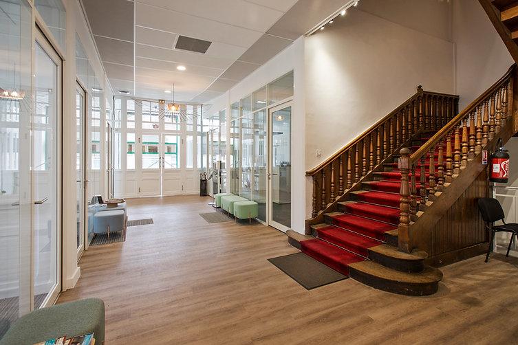 le hall d'entrée avec l'escalier pour accéder au cabinet d'hypnose à Angers