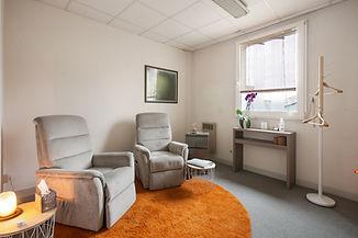 le cabinet d'hypnose à Angers avec les fauteuilles de relaxation