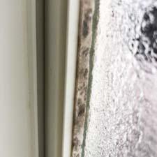 【プロの裏ワザ】お風呂の窓のパッキンの黒かびの落とし方