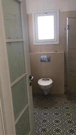 חדר שירותי אורחים בבית מבנה לכל