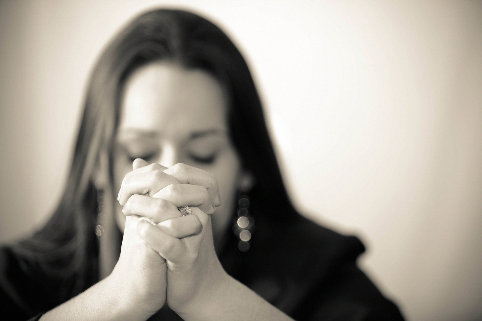 -Praying-woman-28344392