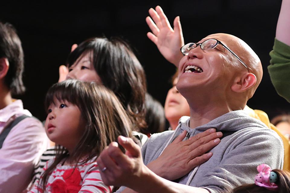 JAPANESE FAMILY PRAISING GOD