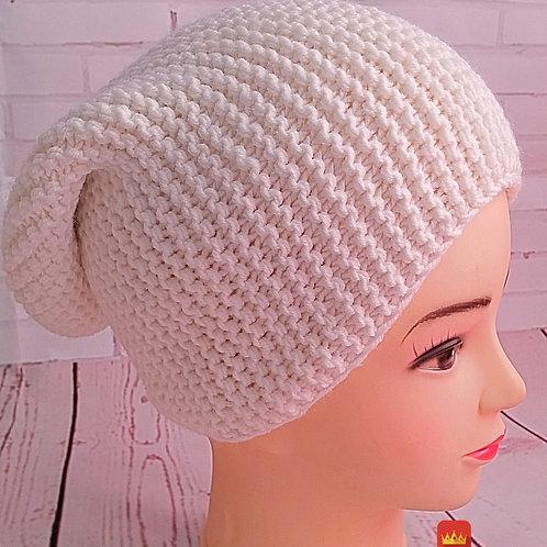 Белая вязаная шапка