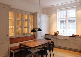 Snedkerkøkken med bænk og vitriner