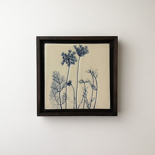 Petite tuile de porcelaine encadrée avec impressions botaniques en bleu