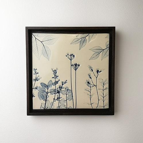 Tuile de porcelaine encadrée avec impressions botaniques en bleu