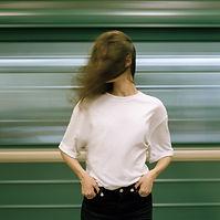 Frau im weißen T-Shirt