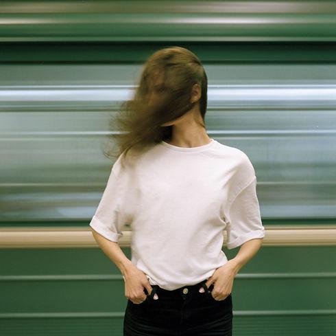 白いTシャツの女性