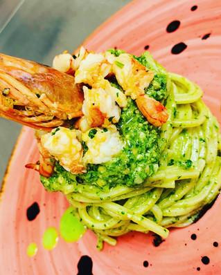 Spaghetto con pesto di rucola e gamberi