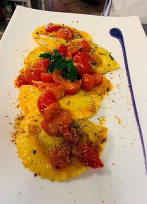 Mezzelune di melanzane e provola con pane croccante