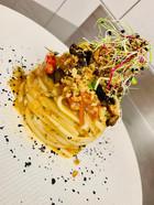 Linguine con melanzane, sardelle, pomodorini, pane croccante al finocchietto e polvere di olive nere