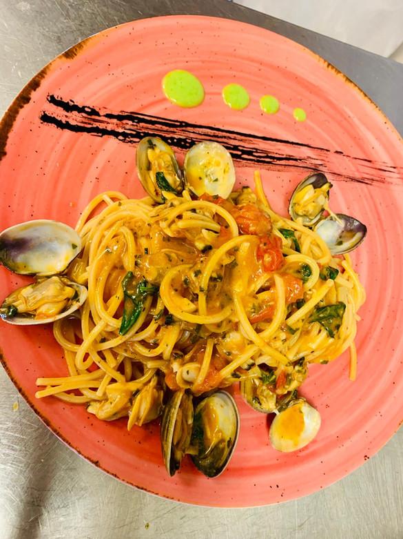 Spaghetto con vongole veraci e pomodori ciliegini