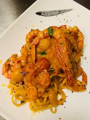 Spaghetto con gamberi rossi di Mazara, la loro bisque e pomodorini Tricolore
