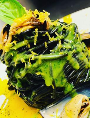 Spaghetto al nero di seppia con crema di basilico, cozze e scorza di limone
