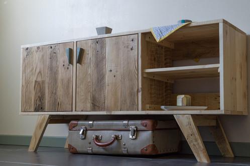 Ce meuble tv au style scandinave est entièrement réalisé en bois de palette revalorisé les poignées sont en bois de formes triangulaires et de couleur gris