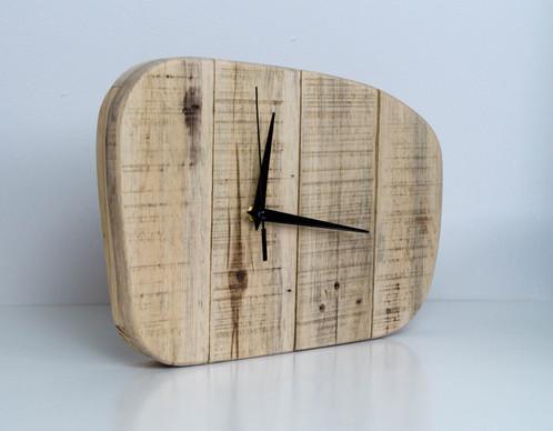 Horloge en bois clair forme rétro palette graphik créateur de mobilier en bois de palette